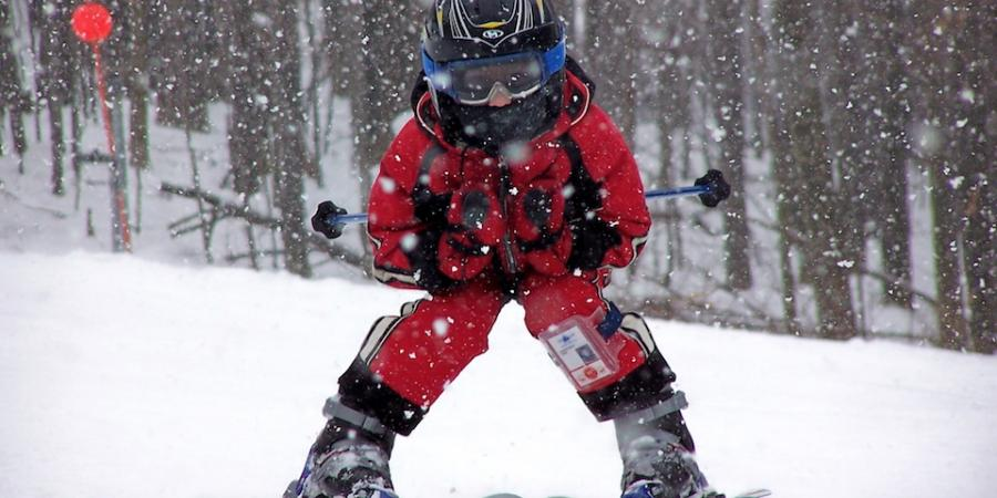 1 kid skiing